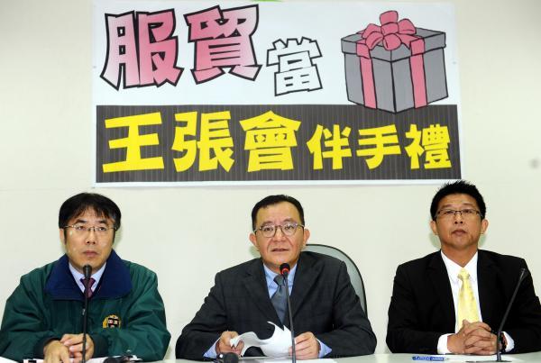 民進黨立委黃偉哲(左起)、高志鵬與許智傑召開記者會,質疑國民黨團將服貿協議當成王張會的伴手禮。(記者張嘉明攝)