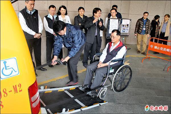 無障礙計程車有設計摺疊斜坡與彈性扣帶,身障朋友的安全性會大幅提升。(記者劉彥甫攝)