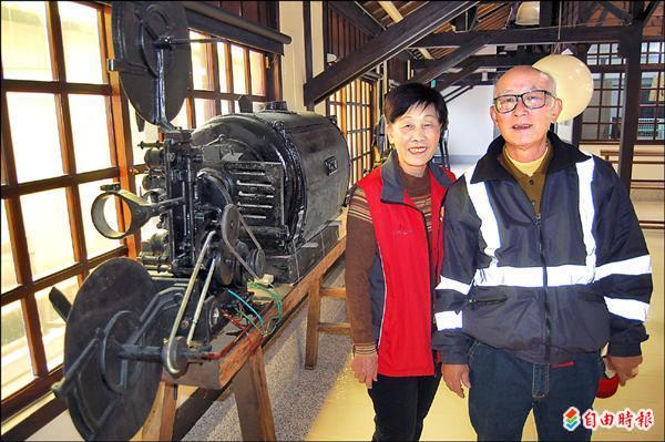 黃怡祿(右)、黃許秀珠(左)夫婦對永成戲院重開張,開心不已。(記者楊金城攝)