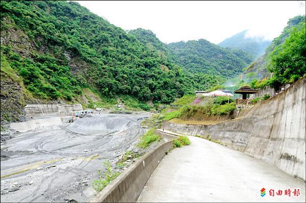 趁鹿野溪枯水期,卑南上圳將斷水修復沉砂池。(記者張存薇攝)