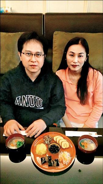 立委邱志偉與太太的日式年夜飯。(立委邱志偉提供)