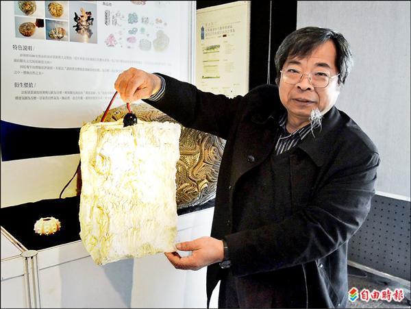 雲林科技大學設計學院教授何明泉利用構樹皮創作出燈飾,典雅又十分有氣氛。(記者黃淑莉攝)