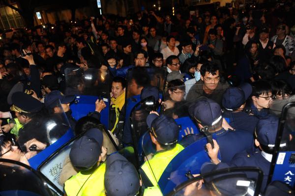 聲援佔領立院議場學生的群眾,凌晨與警方發生嚴重推擠。(記者張嘉明攝)