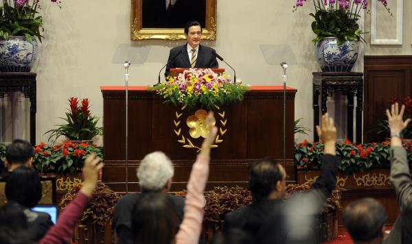 總統馬英九今日於總統府召開中外記者會,親自回應服貿協議引起的爭議。(記者叢昌瑾攝)