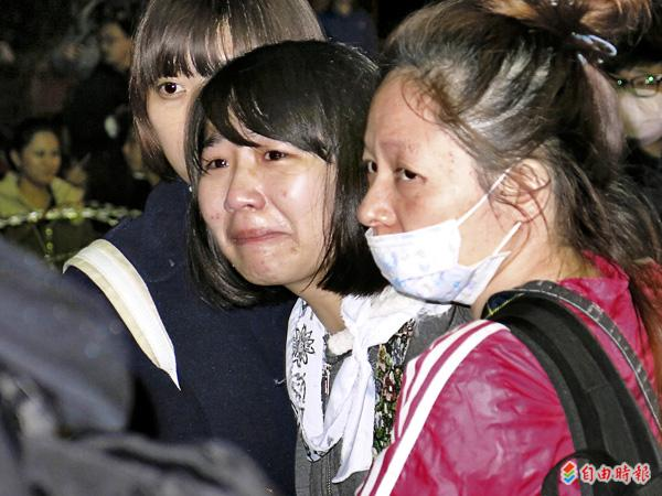 警察昨天凌晨強制驅離行政院周邊學生和民眾時,盾牌拳腳棍棒齊下,有人被打得頭破血流,令人怵目驚心,一名女學生在旁哭喊「為什麼台灣會變成這樣」。(記者溫于德攝)