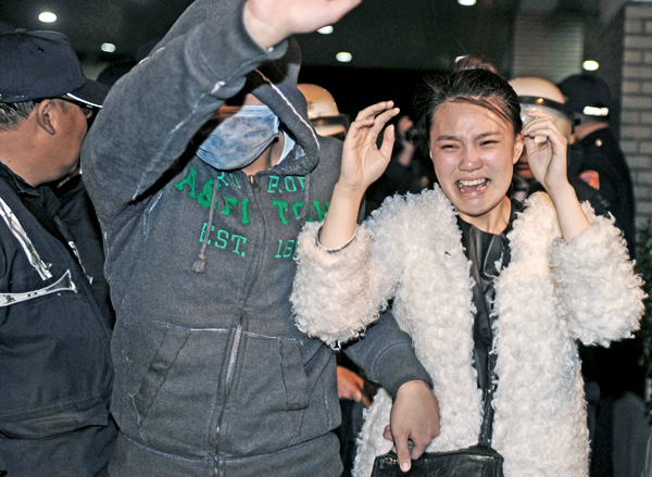 警察昨天凌晨強制驅離行政院周邊學生和民眾,過程中不少學生與員警拉扯時被推倒在地,遭警踐踏,1名女學生遭驅離時驚嚇不已。(法新社)