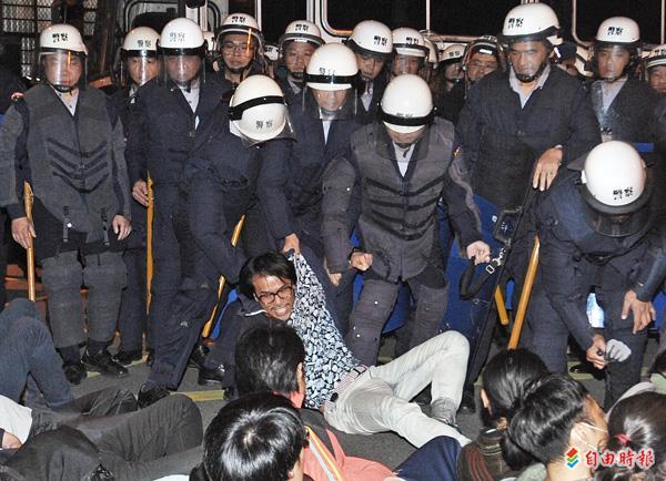 警察昨天凌晨強制驅離行政院周邊學生和民眾,過程中不少學生與員警拉扯時被推倒在地,遭警踐踏。(記者羅沛德攝)
