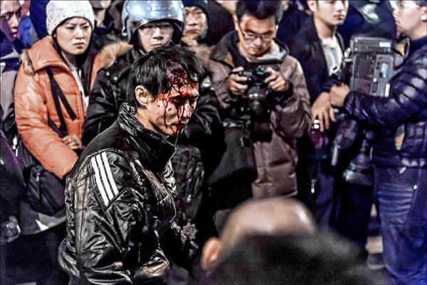 警察昨天凌晨強制驅離行政院周邊學生和民眾時,盾牌拳腳棍棒齊下,有人被打得頭破血流,令人怵目驚心。(讀者劉書凱提供)
