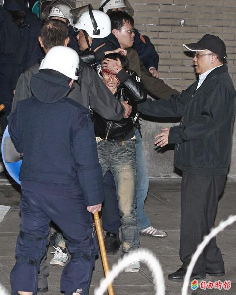 警察昨天凌晨強制驅離行政院周邊學生和民眾時,盾牌拳腳棍棒齊下,有人被打得頭破血流,令人怵目驚心。(記者陳逸寬攝)