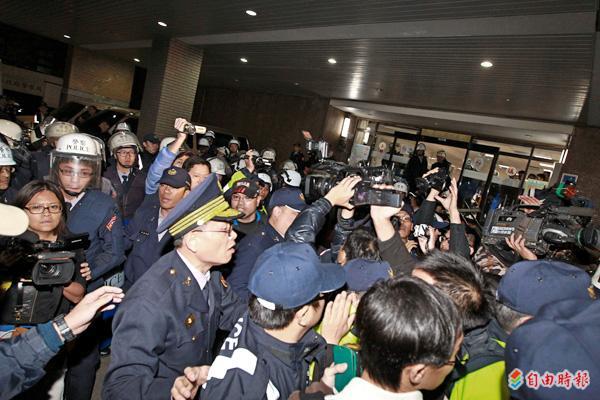 廿四日凌晨,警方開始鎮壓前,先將一旁的記者逼退至行政院門外,引發現場記者譁然。(專案組記者攝)