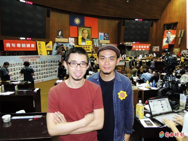 陳敬元(左)從學運第一天開始就不斷以油畫、壓克力創作、紀錄議場。(記者蘇芳禾攝)