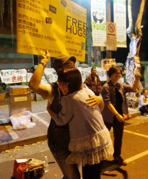 佔領立法院行動持續延燒,有民眾發起Free Hugs行動,替在場抗爭群眾打氣。(記者涂鉅旻攝)