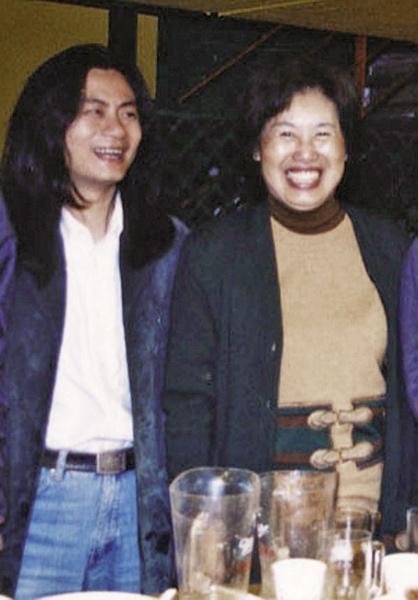黃孫權與創辦人成露茜(右)的珍貴合影。(破報提供)