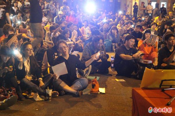 昨晚九點,在歌手主動要求學生合唱反黑箱服貿的主題曲《島嶼天光》的帶動下,現場士氣飆到最高。(記者劉彥甫攝)