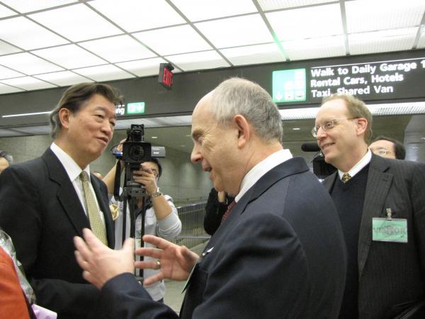 台北新任駐美代表沈呂巡(左)今天抵達華府履新,美國在台協會執行理事主席唐若文 (右二)與台灣協調處處長畢一德(右一)到杜勒斯機場歡迎。