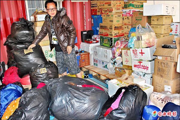 物資站每天湧入民眾捐贈愛心物資,讓小董哥懷抱滿滿感謝。(記者陳慰慈攝)