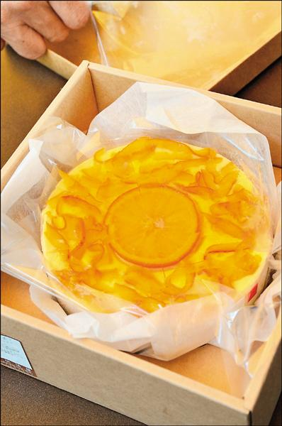 因學運爆紅的屏東知名乳酪蛋糕店,為了消化訂單量,店家從3月底暫停網路、電話及傳真訂購,現場每天限量的2百個蛋糕引起排隊風潮。(記者邱芷柔攝