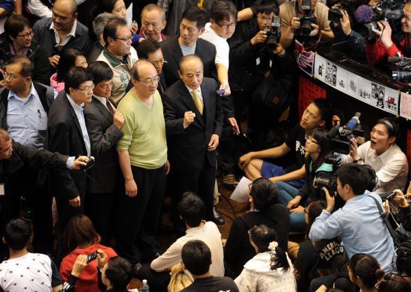 學生持續佔據立法院議場,立法院長王金平今日在朝野立委陪同下,進入議場向學生致意。(記者方賓照攝)