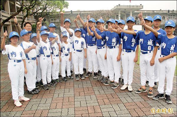 受到電影「KANO」激勵,員山鄉內城國民中小學成立青少棒(藍上衣)及少棒(白上衣)兩支球隊,成為溪北地區生力軍。(記者江志雄攝)