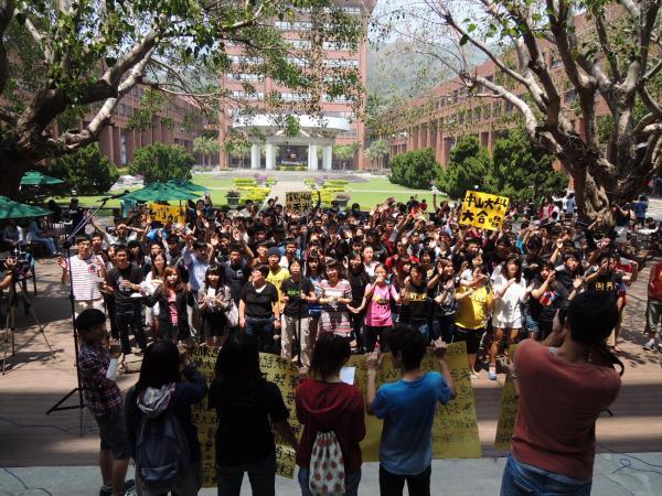 數百名中山大學師生合唱「島嶼天光」。(記者洪定宏攝)