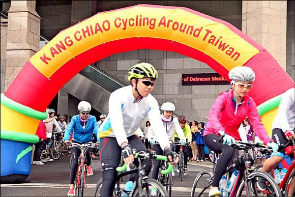 康橋中學十年級學生騎自行車出發環島。(校方提供)