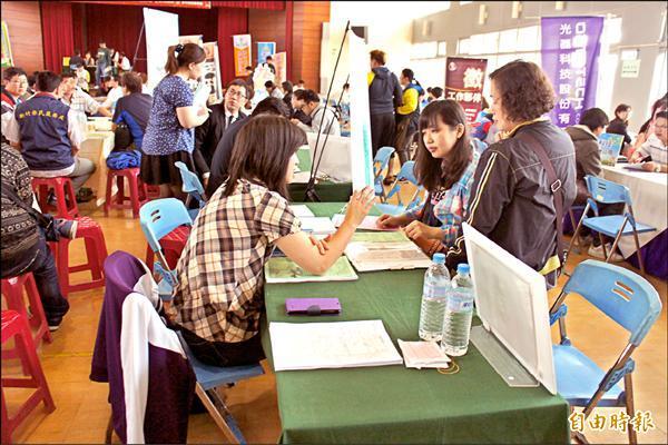 新竹市府昨天舉行就業博覽會,現場有多家科技廠商提供工作機會,年輕人應試情形踴躍。(記者洪美秀攝)