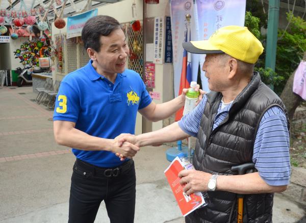 同樣參選國民黨台北市長初選的的市議員鍾小平(左)今也現身投票所與民眾致意。(記者宋小海攝)