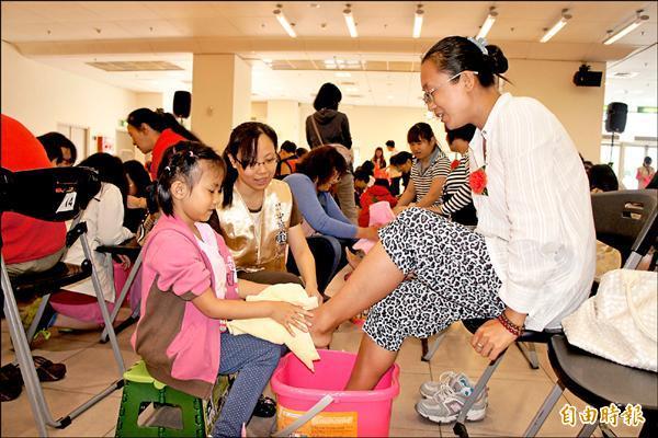 中華道家人文協會昨辦母親節活動,邀子女替父母親奉茶、洗腳。(記者賴筱桐攝)