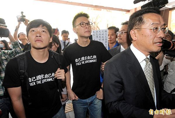 太陽花學運領袖林飛帆(中)、陳為廷(左)昨日在顧立雄(右)等律師團陪同下前往北檢說明。(記者方賓照攝)