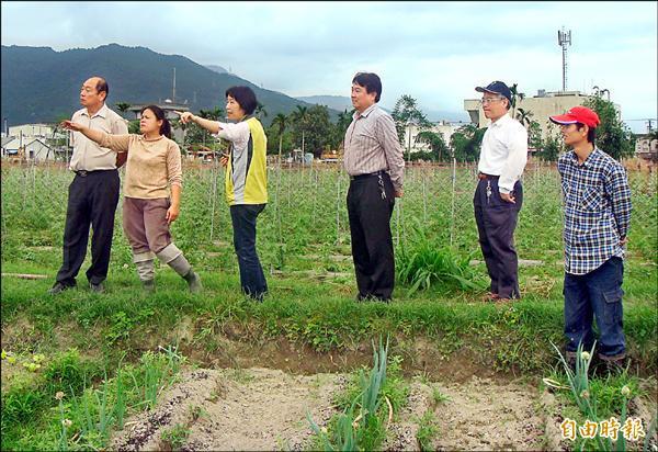 農糧署長李蒼郎(左一)視察原住民部落有機農業狀況,強調將輔導推動有機農業並納入重要政策。(記者游太郎攝)
