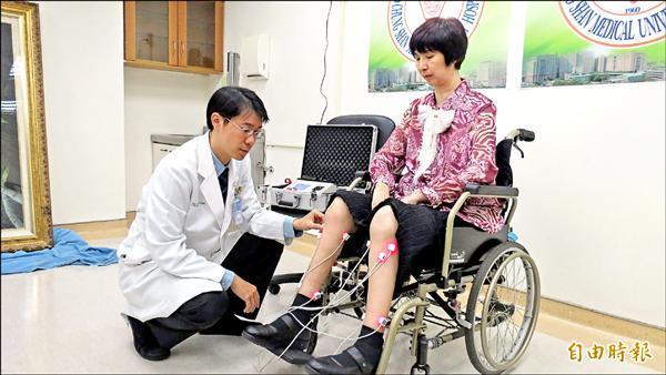 劉婦接受雷射針灸。(記者蘇金鳳攝)