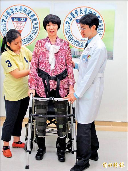 劉婦從下半身癱瘓到漸能行走,很感謝潘天健醫師(右)的治療。(記者蘇金鳳攝)