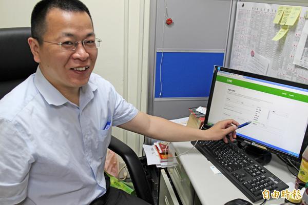 新竹縣刑警大隊二組組長江弦書指著「我的帳號被陌生人盜用」鍵,呼籲帳號不幸被盜的LINE用戶,以此直接向LINE公司反映。(記者黃美珠攝)