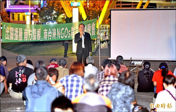 台灣大學經濟系教授林向愷昨晚在高雄演講,詳細剖析馬政府推動服貿、貨貿、自經區的真相。(記者黃志源攝)