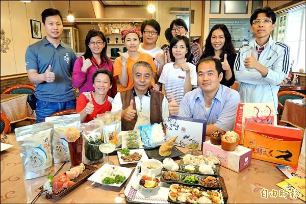 成功鎮十二家業者結盟,希望行銷成功在地吃喝玩樂好產品。(記者張存薇攝)