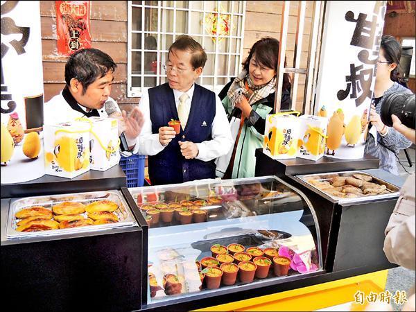 瓊埔合作農場研發的餐車,可以同時擺設冷熱地瓜甜點,提供消費者更多選擇。(記者陳燦坤攝)