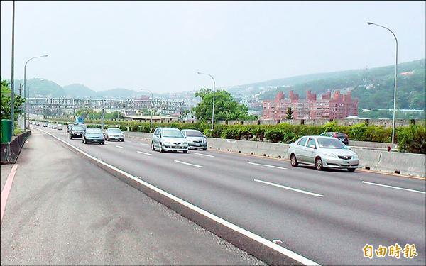 行駛國道龜速車1張罰單5000元,比超速20公里以內罰3000元更重,警方呼籲用路人注意。(記者彭健禮攝)