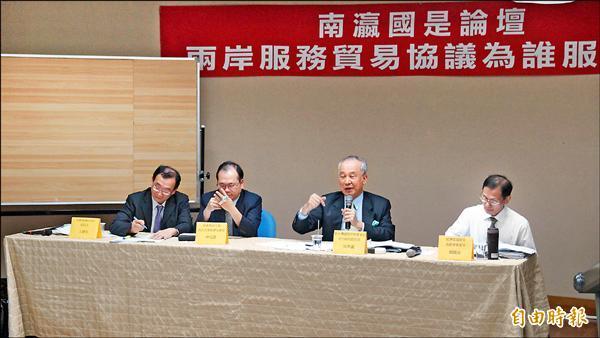 成大南瀛國是論壇,新台灣國策智庫董事長吳榮義昨(右二)認為,兩岸簽訂服貿,是中國對台進行「以經促統」的重要步驟。(記者孟慶慈攝)