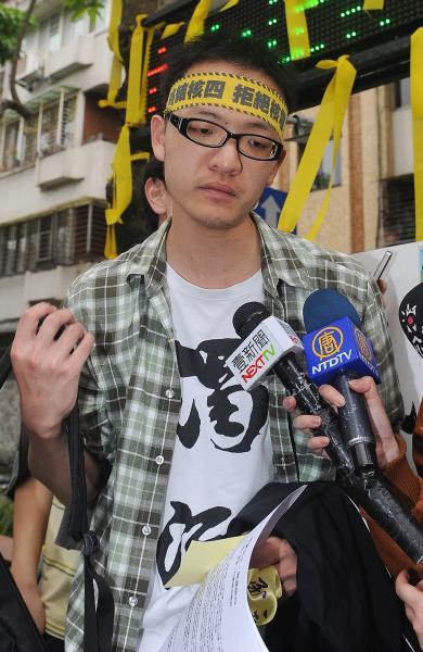 台大學生洪崇晏曾因「路過」中正一分局遭外界議論,但他其實一直挺警察組工會,今天也現身五一勞動遊行,聲援警察。(資料照,記者廖振輝攝)