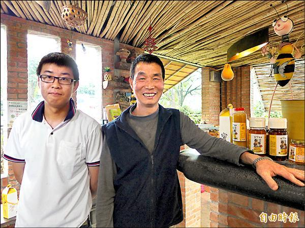 新北市三芝區獲得認證的養蜂父子檔簡德源(右)與簡誌良(左),在傳統農事產業拚出一片天。(記者李雅雯攝)