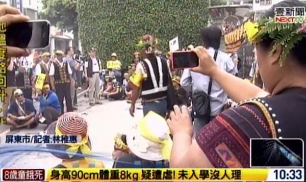 屏東縣林管處今天遭到原住民包圍抗議。(圖擷取自壹電視)