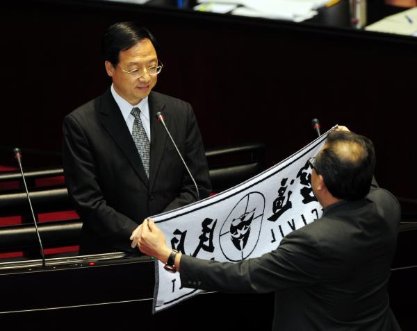 行政院長江宜樺赴立院接受質詢,表示因民眾有意見,警察才不能組工會。(記者羅沛德攝)