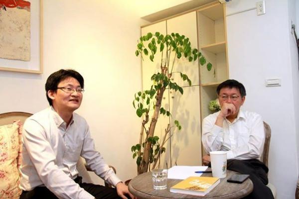 台北市長參選人柯文哲,今與編著《崩時代》的林宗弘共同討論台灣的貧富差距問題,柯文哲表示,台灣目前不欠缺指出問題的人,而是需要提出解決方案的人,甚至執行解決方案的人。(圖取自柯文哲臉書)