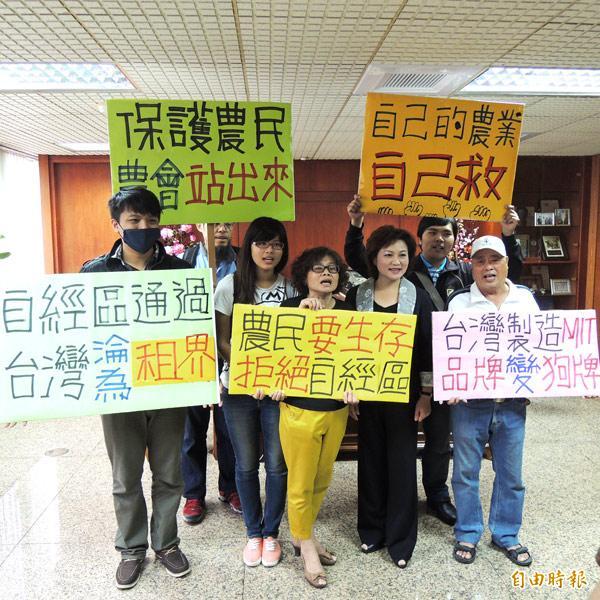 「打貓公社」等多個公民團體,昨天拜會嘉義市農會總幹事蕭淑麗(前排右二),呼籲農會負起守護農民的責任。(記者丁偉杰攝)