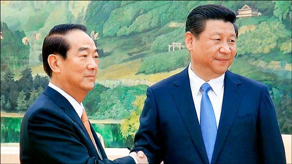 親民黨主席宋楚瑜7日在北京人民大會堂與中共總書記習近平(右)初次見面,雙方會談前握手致意。(中央社)