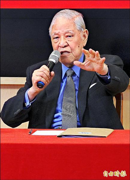 前總統李登輝昨天應邀到東吳大學,以「第二次民主改革及領導者的修練」為題發表演說。會後,李登輝並耐心回答學生的提問。(記者朱沛雄攝)