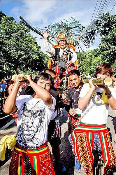 重現「Sukalu(斯卡羅族)」文史,卡大地布族人沿旭海部落街道,以轎子抬舉部落「羅法尼耀」家族「拉罕(頭目)」陳興福。(卡大地布族人陳逸軒提供)