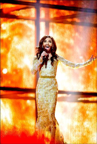 以一頭飄逸黑髮外加落腮鬍的造型參賽的奧地利變裝皇后蔻琪雅.伍絲特以一曲「如鳳凰崛起」在歐洲歌唱賽中奪冠。(路透)