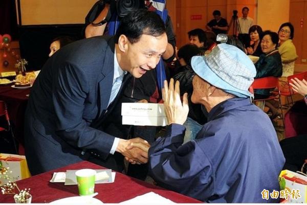江永昌指出,朱立倫總將老人共餐、托老中心掛在嘴邊,但實際上卻是老人家的安養照護都出問題。(記者劉彥甫攝)