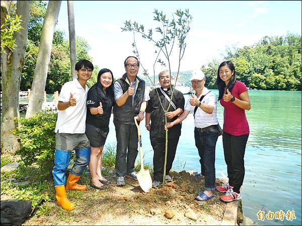 台灣農夫榮譽董事長伍奕融(左二)捐贈水社柳樹苗,種植於日月潭畔的聖愛營地,讓水社柳在潭區消失近百年後,再次重返原生地。(記者陳信仁攝)